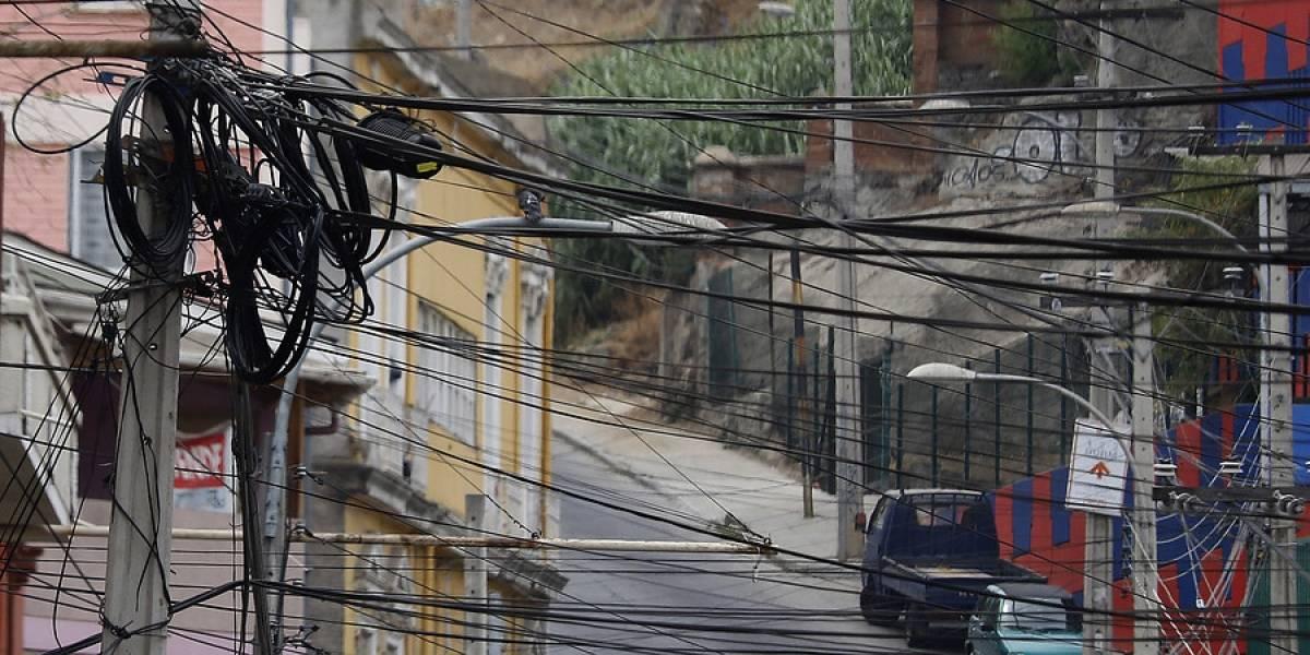 No más basura aérea: ley obligará a empresas a retirar sus cables en desuso de los postes