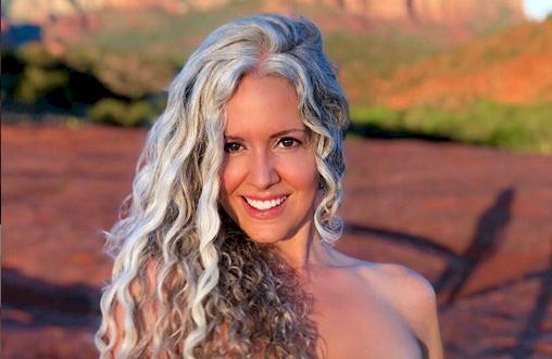 Mujer cautiva Instagram con sus canas naturales