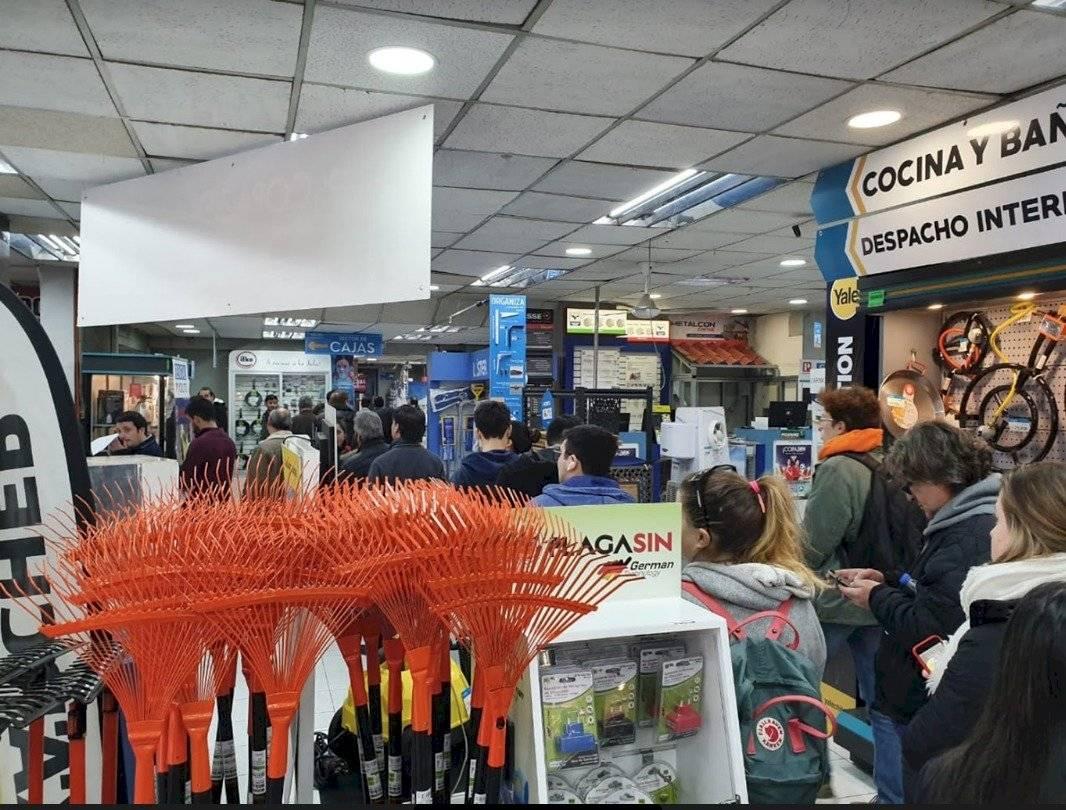Al mediodía se podían apreciar filas de personas buscando comprar los lentes especiales para ver el eclipse en el comercio de Santiago Martín Calderón