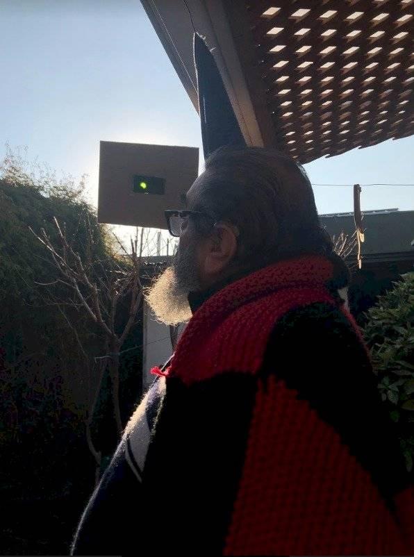 Ante el colapso en la venta de lentes especiales para ver el eclipse solar, muchos buscaron alternativas y adecuaron lentes de soldadura como este santiaguino que fabricó su propio artefacto para la ocasión MWN