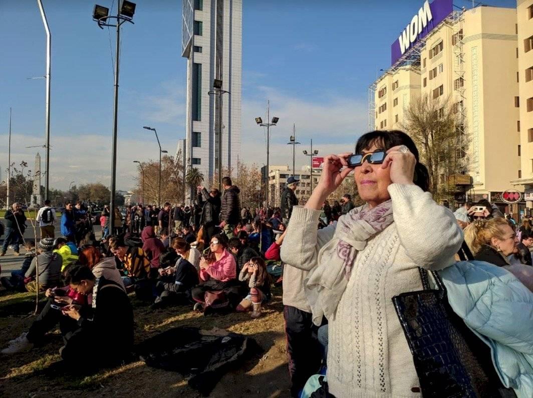 En el centro de Santiago la gente se reunió en las calles para divisar el fenómeno que se pudo ver desde las 15:22 horas locales y alcanzó su punto central a las 16:37 horas Norman Gutiérrez