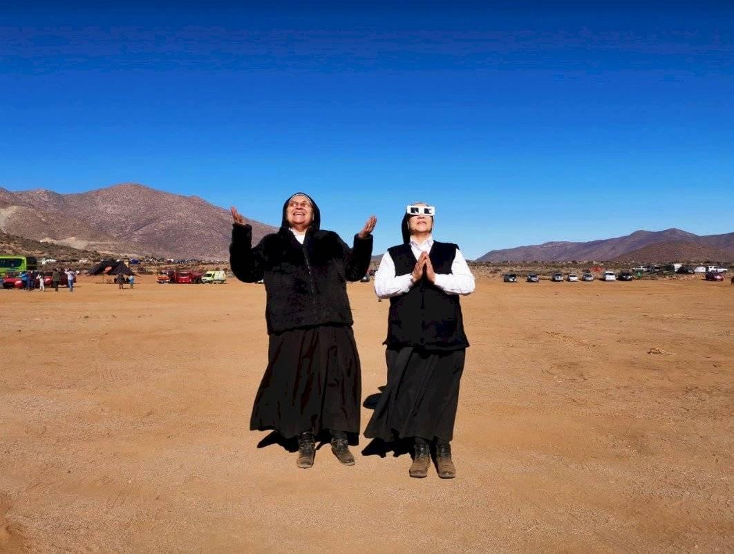 Las hermanas Juanita Real y Lidia Rojas, dos monjas de Peñalolén, en la capital de Chile, que viajaron a La Higuera, se preparaban para ver el eclipse por la mañana en la zona cero Felipe Garrido