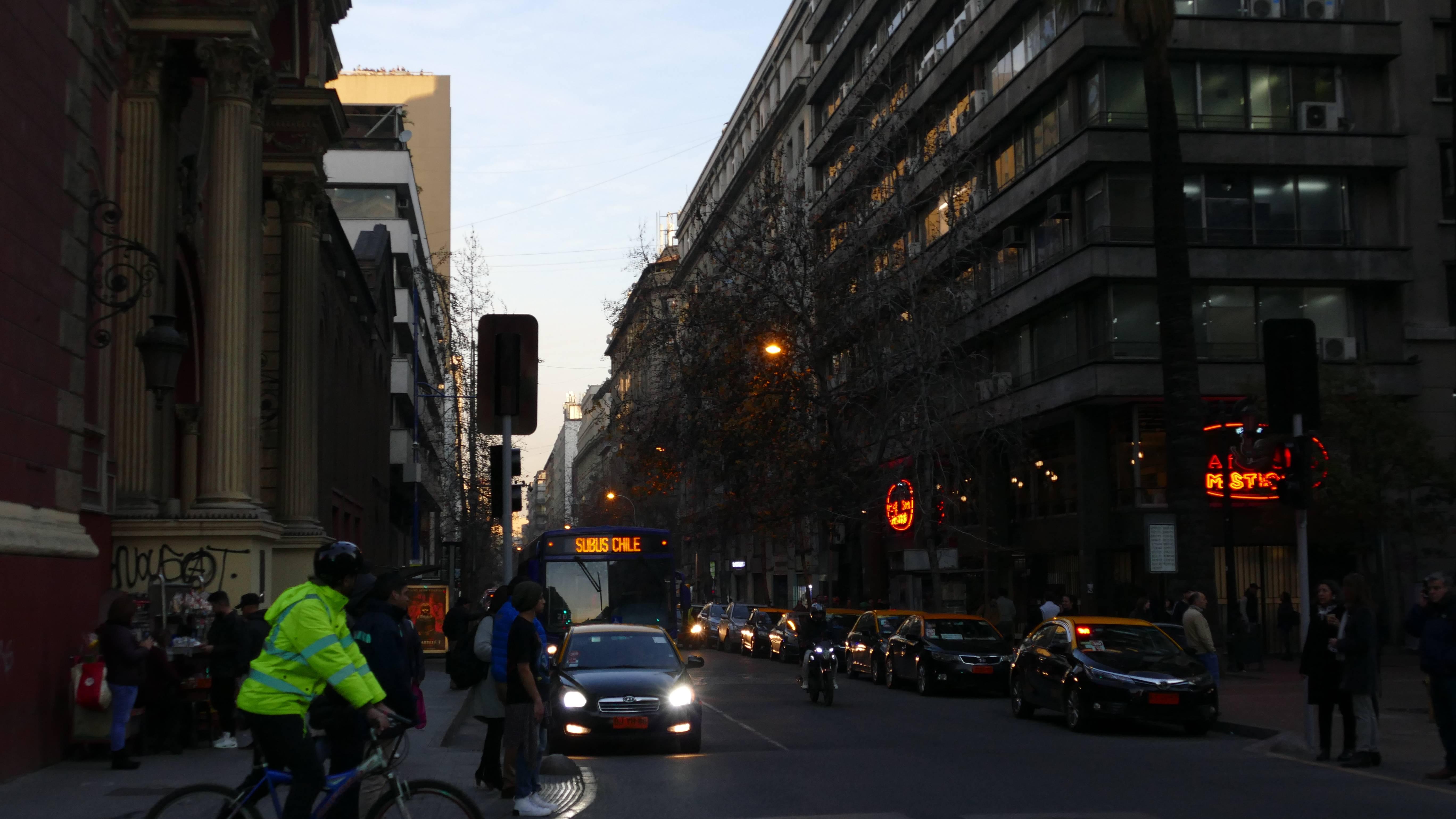 Fotoreportaje: el eclipse solar desde el centro de Santiago