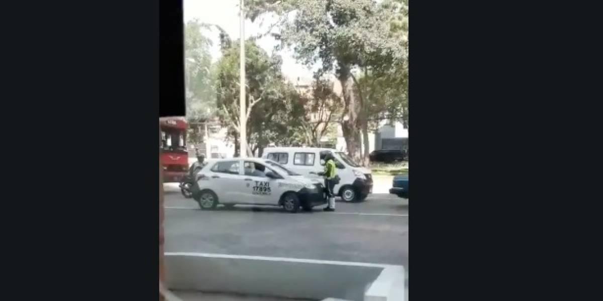 VIDEO. Taxista intentó arrollar a PMT que lo iba a multar por estacionar en banqueta