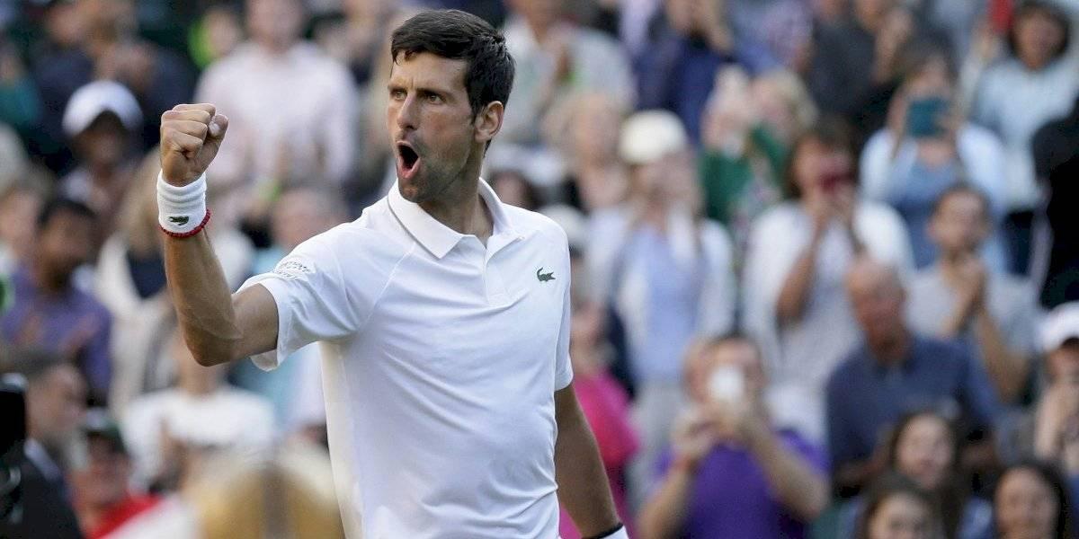 Novak Djokovic sigue firme en la defensa del título de Wimbledon