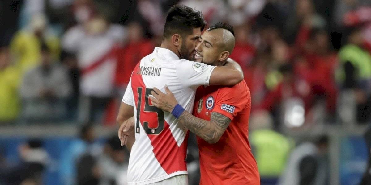 El peruano Carlos Zambrano se toma su revancha personal y se burla sin piedad de Arturo Vidal