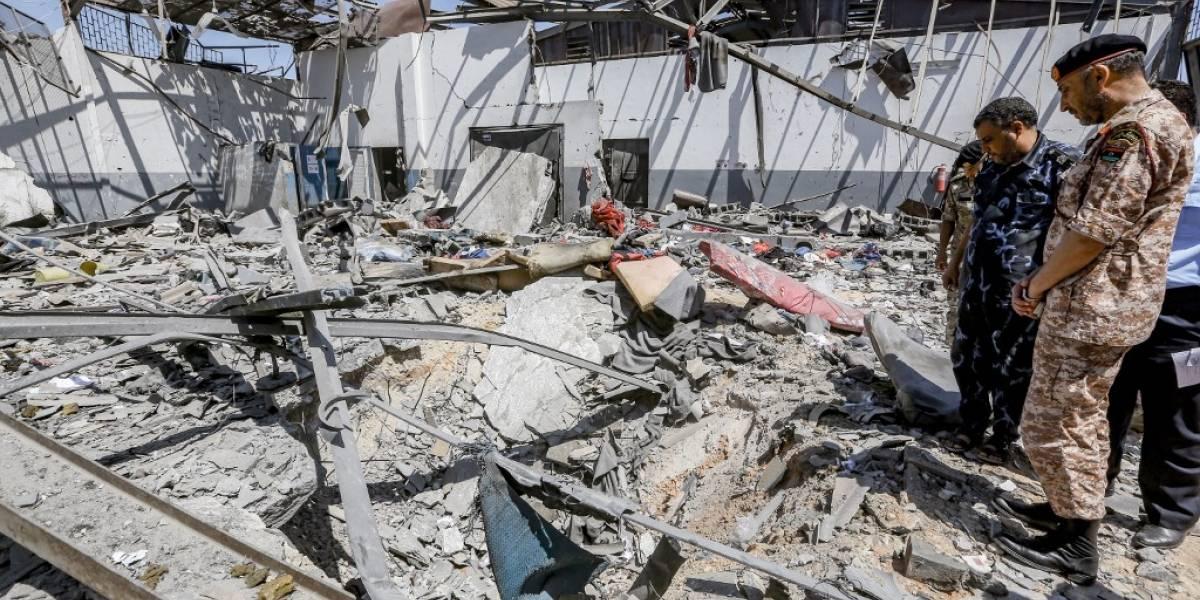 Bombardean centro de migrantes en Libia: hay más de 40 muertos