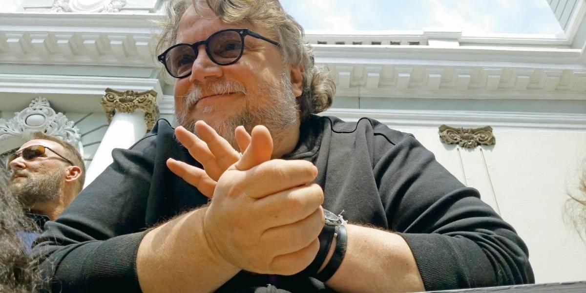 Guillermo del Toro bromea con fans que es un 'director de peso'