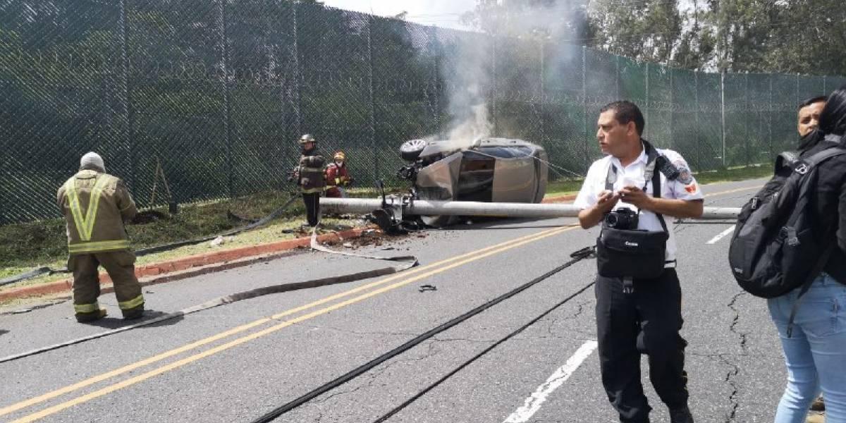 Vehículo impacta contra poste y queda volcado en zona 15