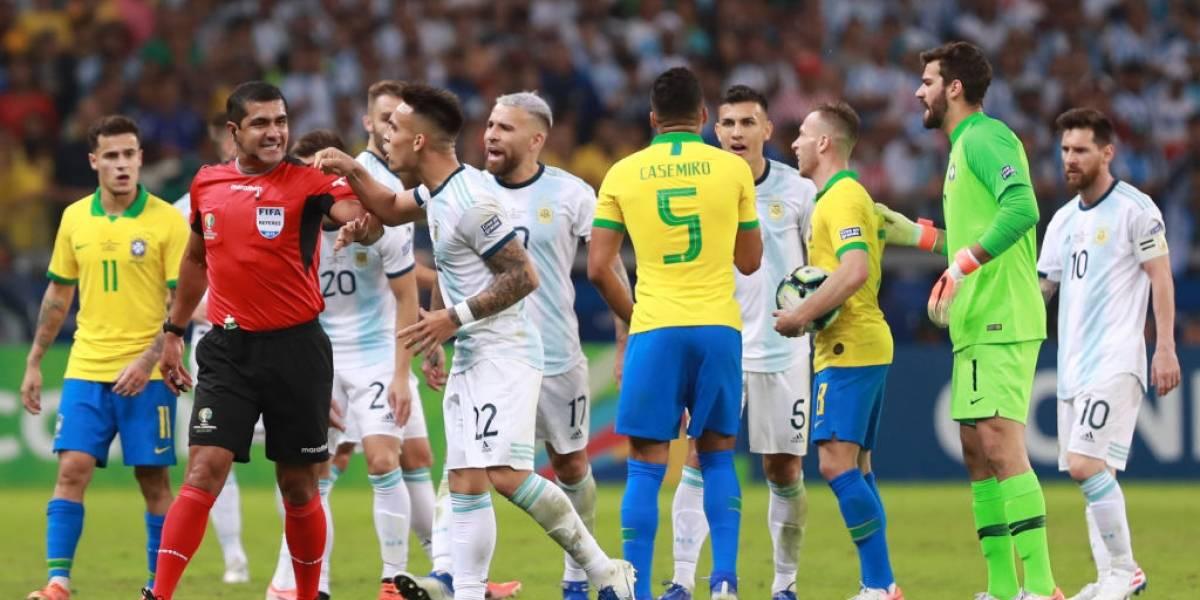 ¿Por culpa de Bolsonaro? Comunicación entre el VAR y los árbitros habría fallado antes del Brasil-Argentina