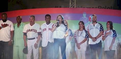 La joven Diana Bass interpretó el himno estadounidense.