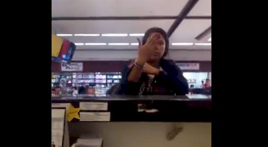 (Video) Mujer insulta, golpea y daña los computadores de una aerolínea en aeropuerto de Rionegro