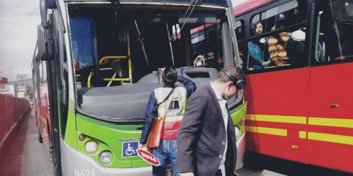 Pasajeros de TransMilenio salieron expulsados del bus por culpa de un colado