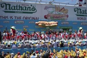 Imágenes del tradicional concurso de comer hot dogs en Estados Unidos