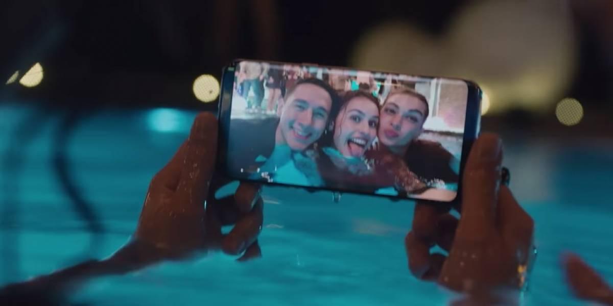 Demandan a Samsung por mostrar la resistencia al agua de sus celulares en los comerciales