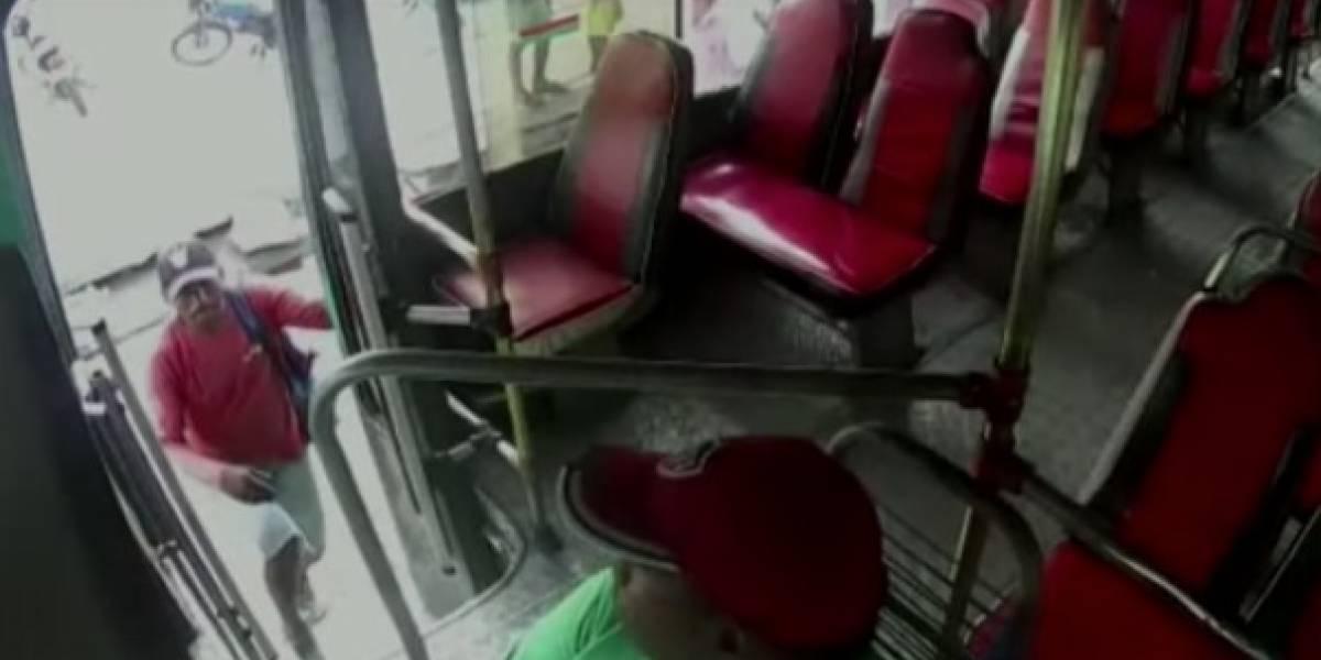 ¡De no creer! Mientras perseguía a otro ladrón conductor de bus fue robado por un motociclista