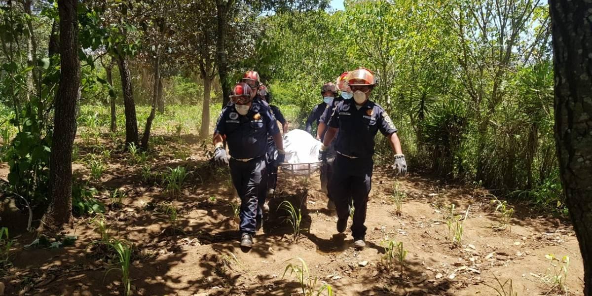 VIDEO. Tras varias horas de trabajo rescatan dos cuerpos del fondo de barranco