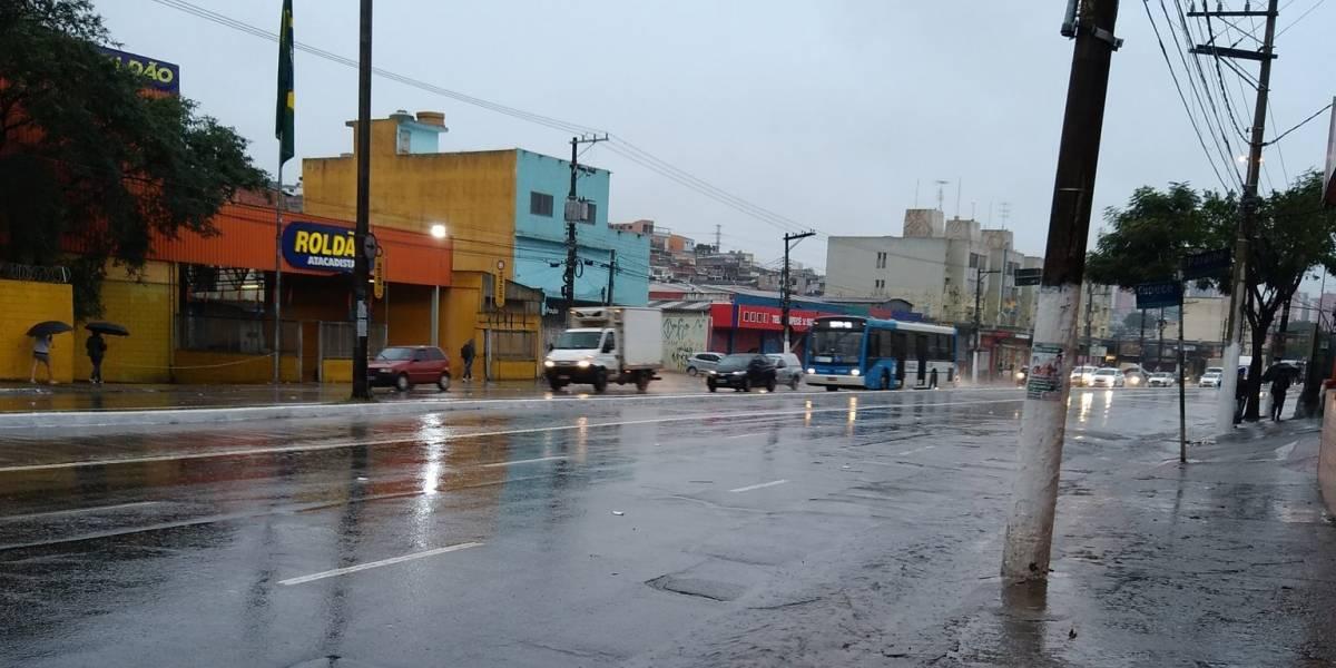 São Paulo amanhece com forte chuva nesta quinta-feira