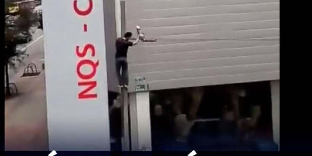 VIDEO: Hombre arriesga su vida para salvar a paloma enredada en los cables de energía