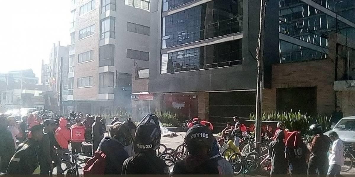 (VIDEO) quemando maletas, grupo de rappitenderos protesta en el norte de Bogotá