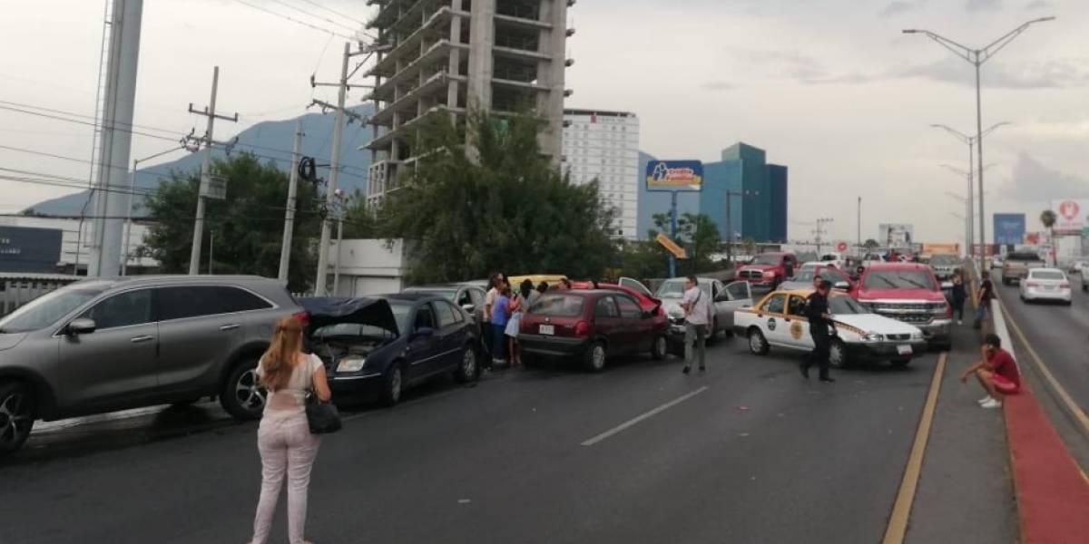 23 vehículos protagonizan mega carambola en Monterrey