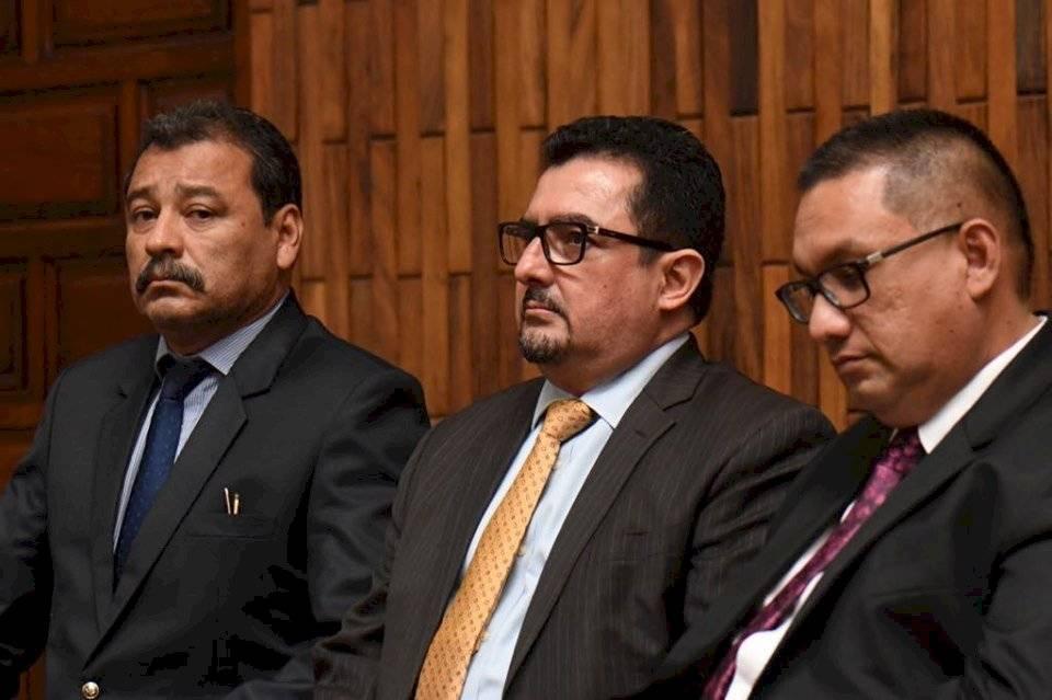 Abogado Vernon González, al centro. Foto: Omar Solís
