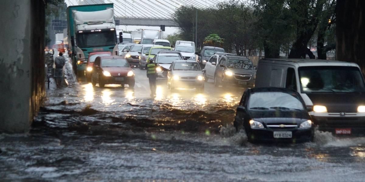 Marginal Tietê é liberada conforme o nível da água diminui