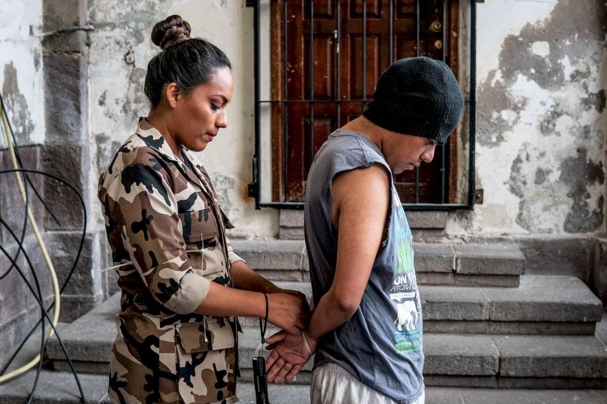 """Dos actores del emprendimiento turístico """"Entre rejas"""" protagonizan una escena de recepción de presos el 30 de junio de 2019 en el expenal García Moreno en Quito (Ecuador)."""