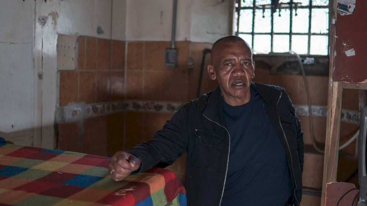 """José, un exreo que colabora con el emprendimiento turístico """"Entre rejas"""", protagoniza una escena de recepción de presos el 30 de junio de 2019 en el expenal García Moreno en Quito EFE"""