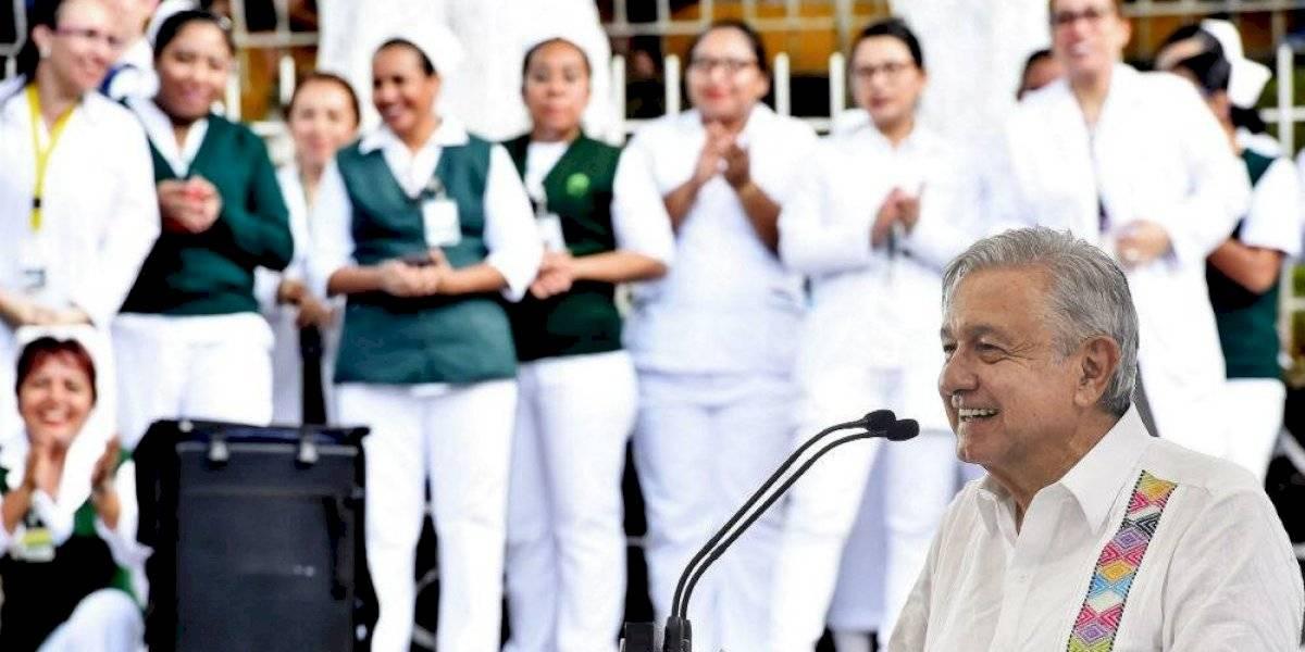 AMLO promete más presupuesto para escuelas de medicina