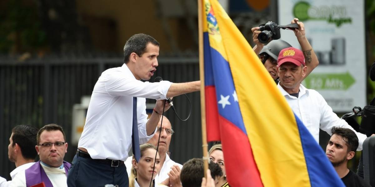 """Guaidó pide """"seguir en las calles"""" ante muralla militar de Maduro"""