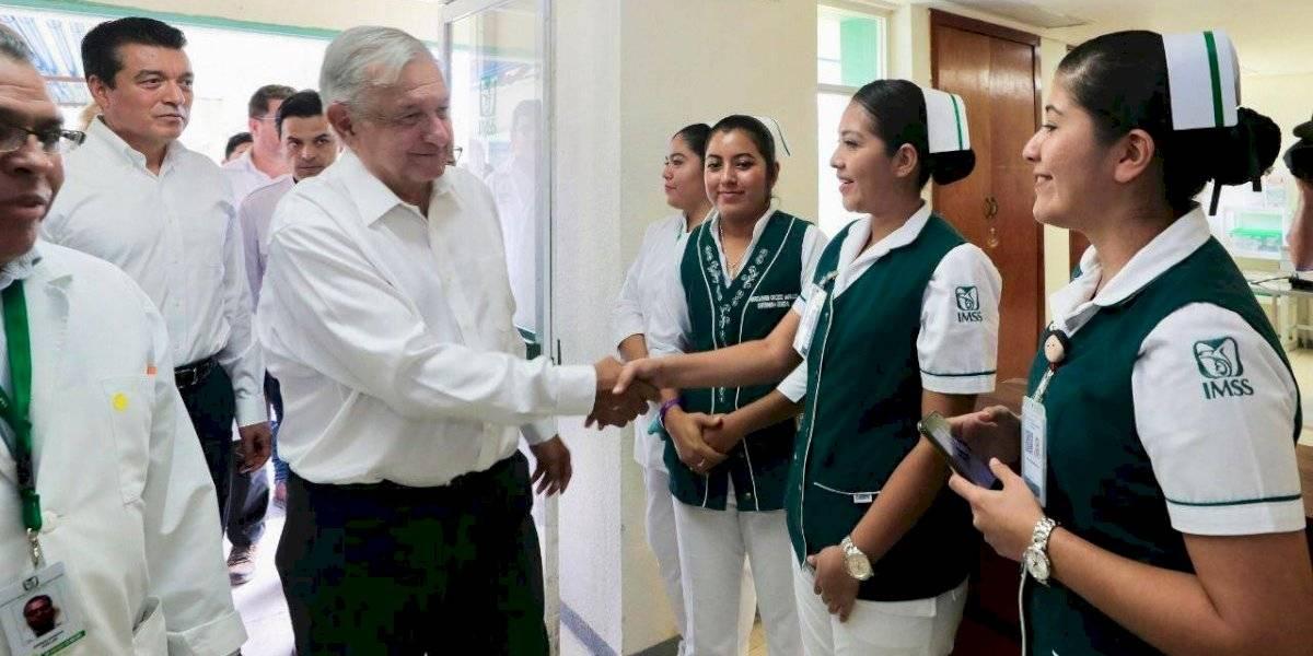'No va a haber despidos', garantiza AMLO a trabajadores de la salud