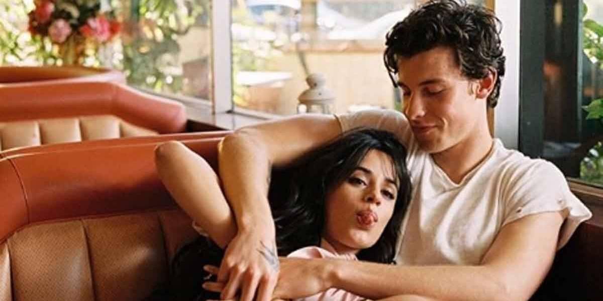 Tá rolando? Shawn Mendes aparece sem camisa ao lado de Camila Cabello em varanda de hotel