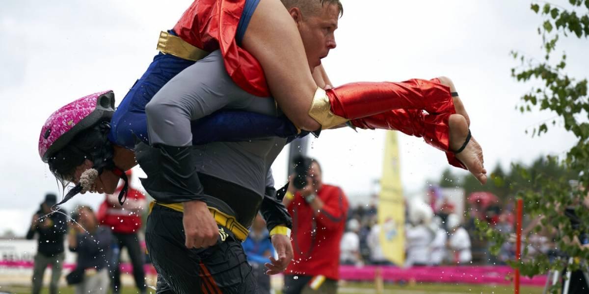 """Pareja se titula campeona en singular carrera """"cargando a la esposa"""": el premio fue dar los kilos que pesaba la mujer en litros de cerveza"""