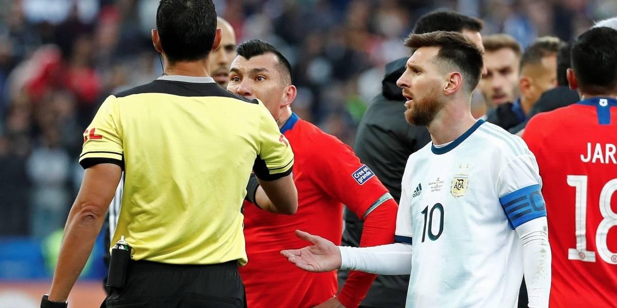 ¡Increíble! Lionel Messi es expulsado tras una fuerte discusión con Gary Medel