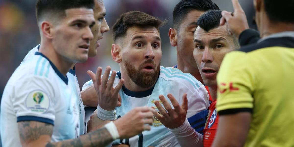 """""""¡Escándalo!"""", """"increíble expulsión"""": Las quejas de la prensa argentina por la roja a Lionel Messi"""