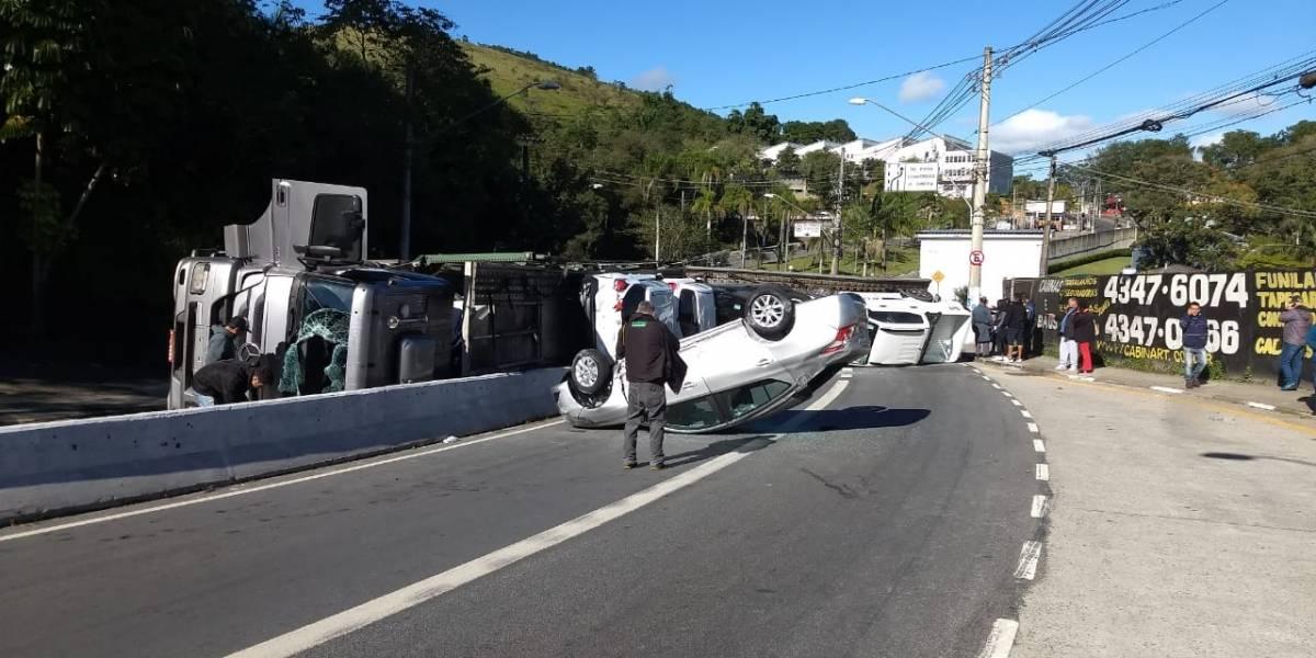 Carreta-cegonha tomba em via que liga Anchieta e Imigrantes em São Bernardo