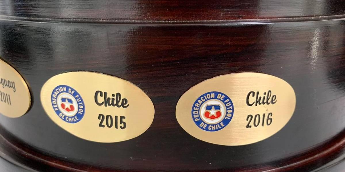 Ahora si somos bicampeones: El trofeo de la Copa América ya tiene las dos placas de Chile