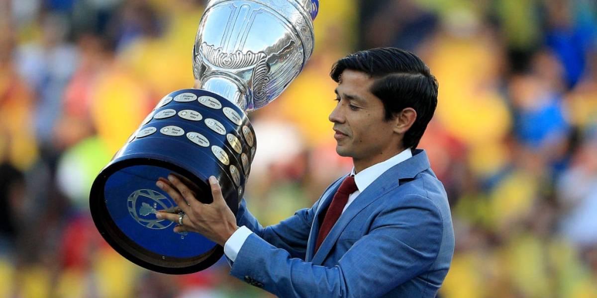 Matías Fernández llevó el trofeo de la Copa América al estadio Maracaná