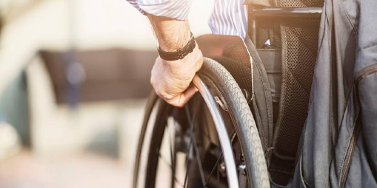 Se olvidaron por completo de él: hombre en silla de ruedas esperó llorando por dos horas que lo ayudarán a bajar de avión tras aterrizar