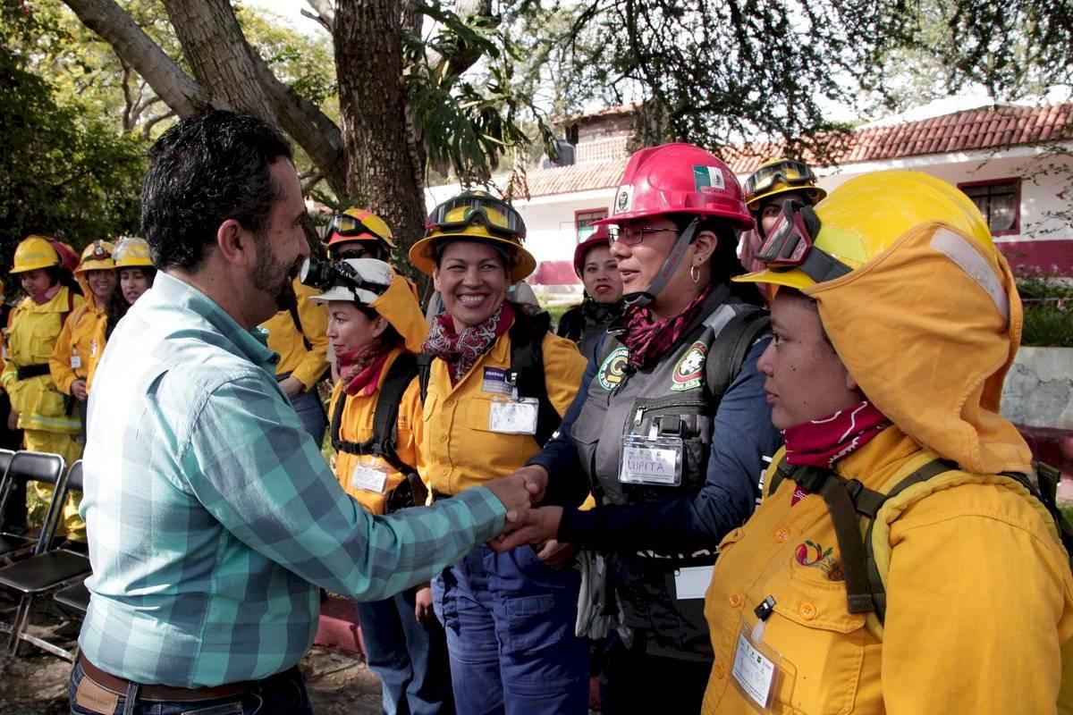 Mujeres estudian para ser brigadistas y combatir incendios forestales