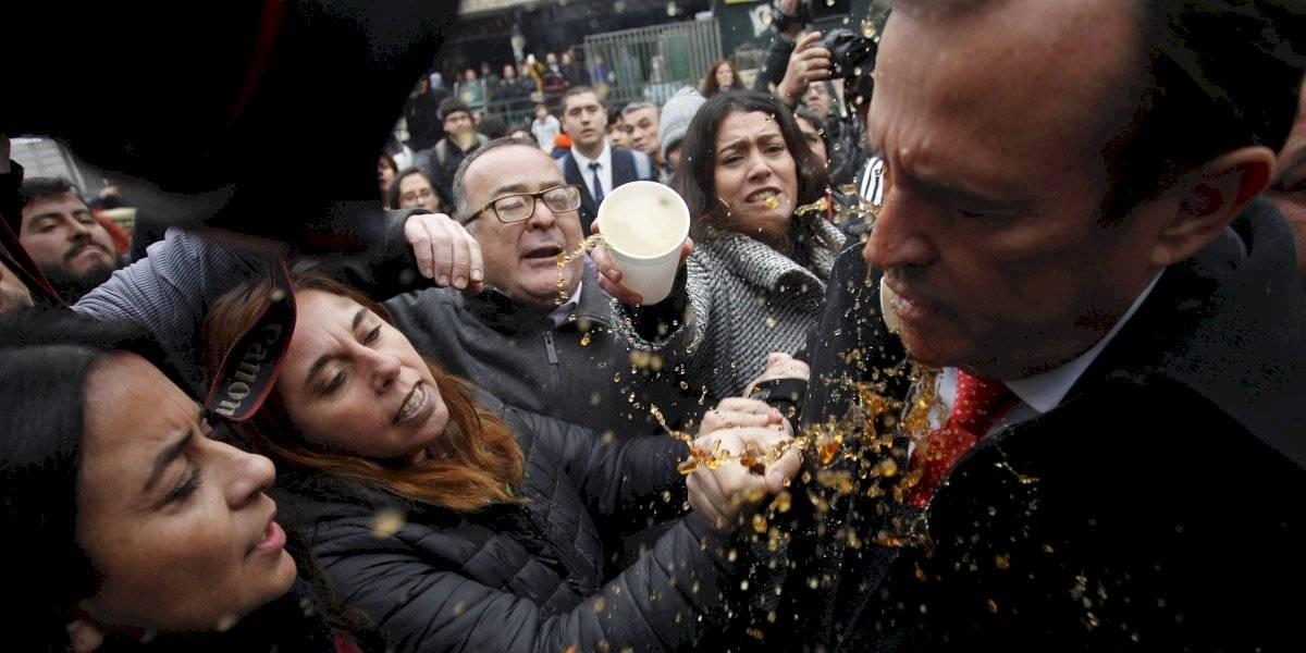 Hasta un vaso de café en el rostro: el duro recibimiento a los diputados oficialistas que llegaron al Instituto Nacional