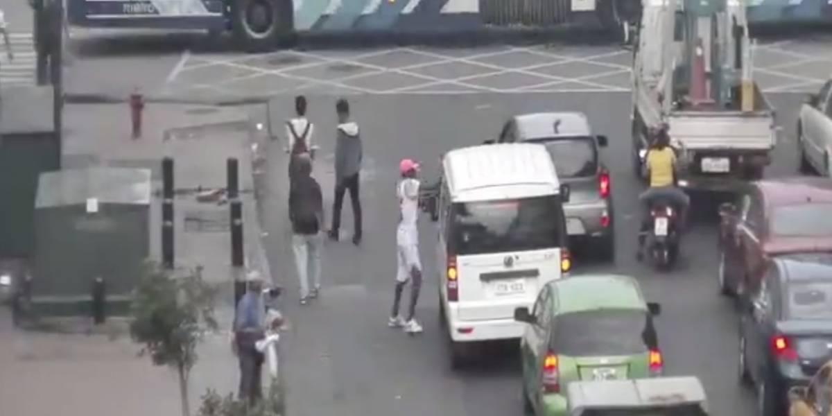 Cámaras captan el robo de celulares a conductores en el centro de Guayaquil