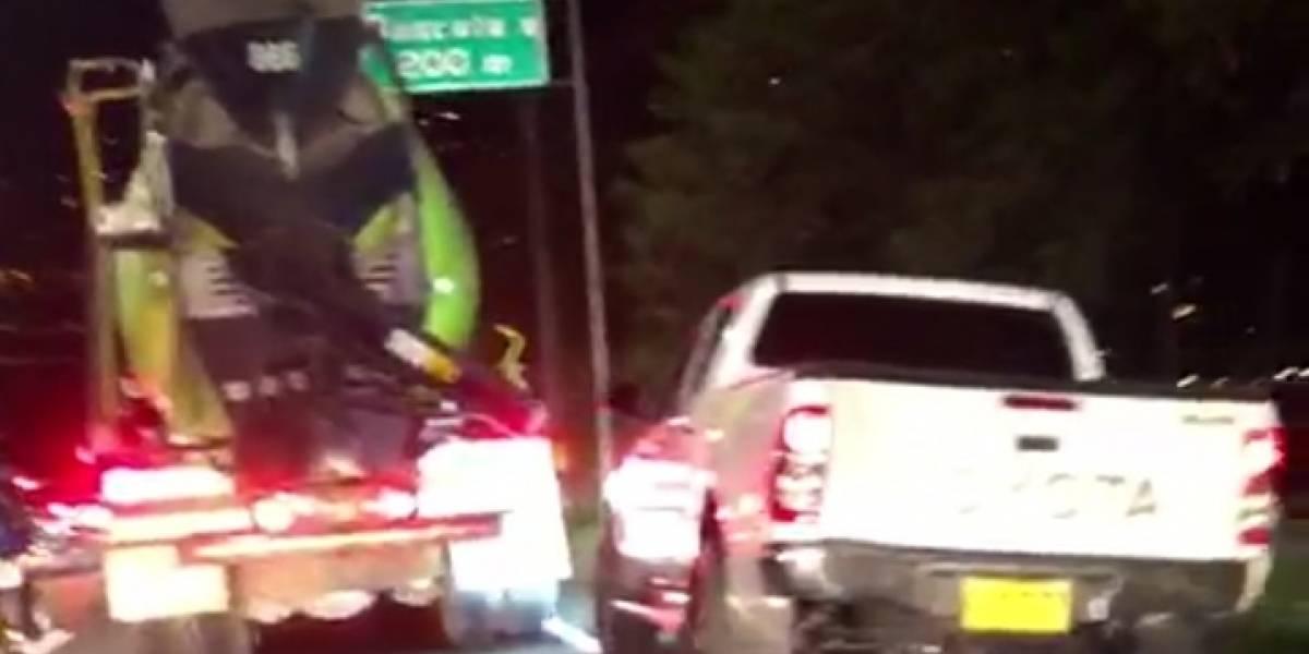 ¡Qué peligro! Conductor realiza riesgosas maniobras para superar el trancón