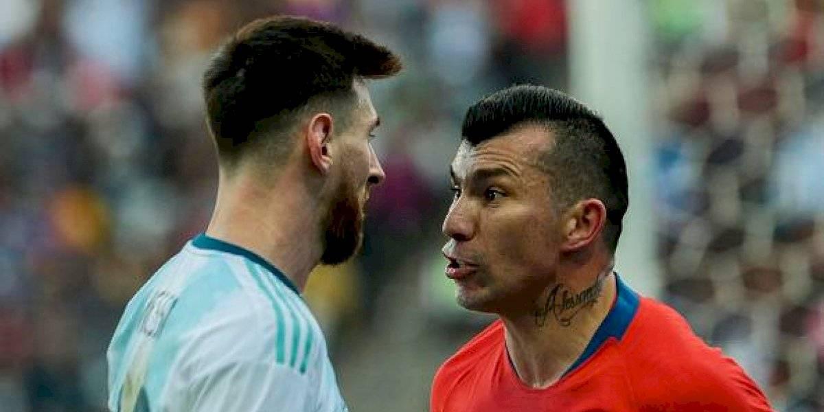 El momento en que Gary Medel lanzó un chicle a la hinchada argentina