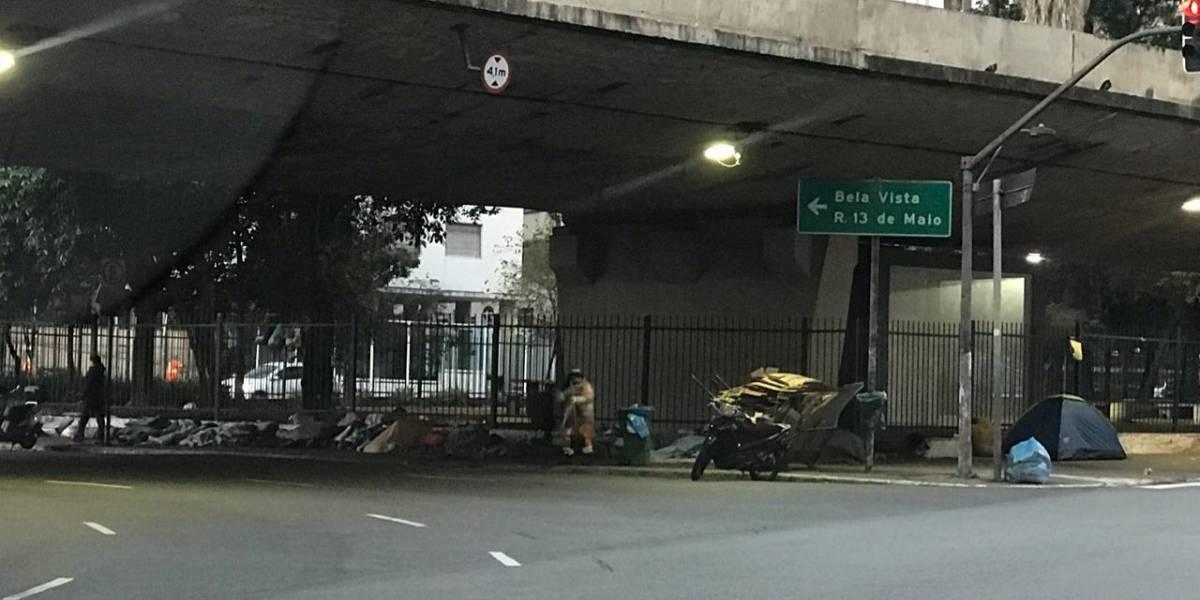 Moradores de rua fazem 'cabanas' para se proteger do frio em São Paulo