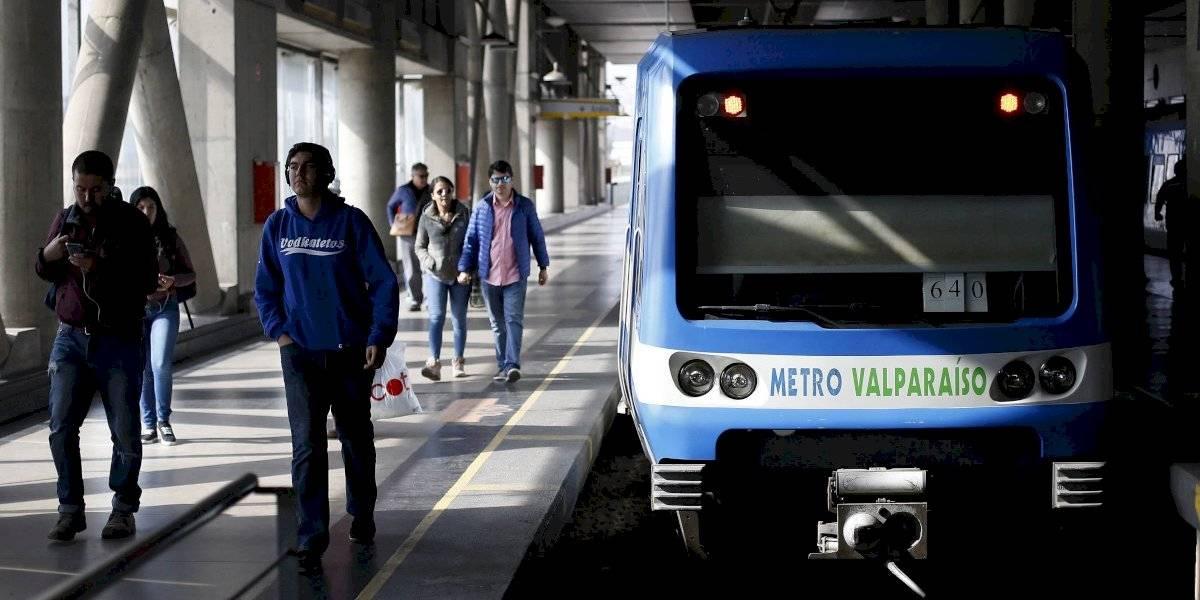 Pasajeros lanzan piedras a grafiteros que rayaban metro de Valparaíso