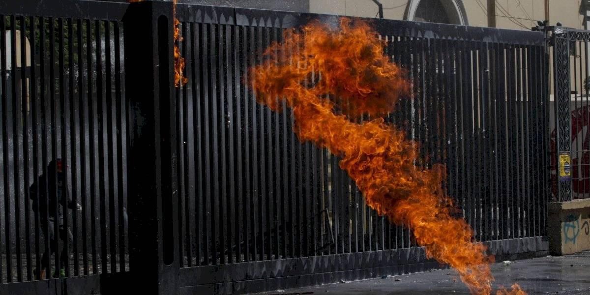 Incendiario regreso a clases en el Instituto Nacional: otro encapuchado se quemó con molotov en medio de incidentes esta mañana