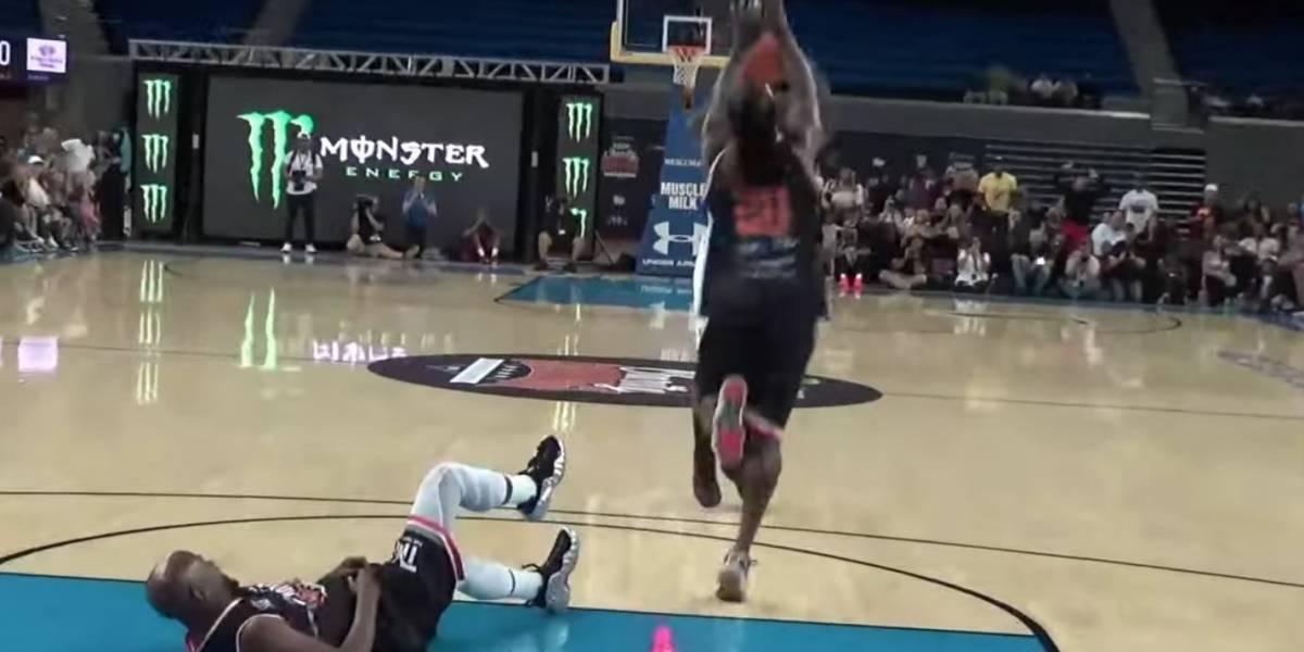¡Humillado! Floyd Mayweather se cae en partido de basquetbol