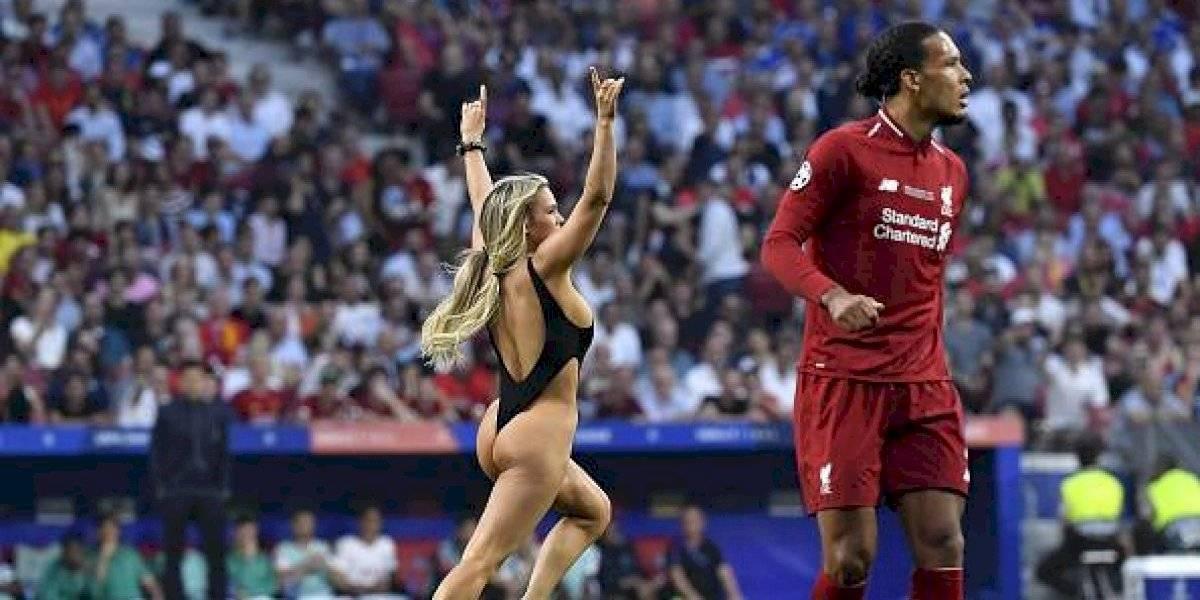 Invasora semidesnuda de la Champions League quiso hacer de las suyas en la Copa América
